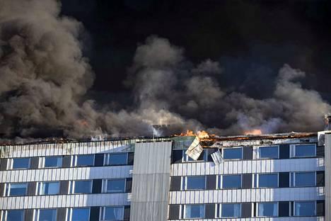Ullakkokerroksen vallanneet liekit levittivät runsaasti savua ympäristöön.