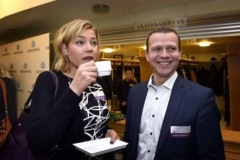 Sisäministeri Petteri Orpo (kok.) sai kansalta parhaat kouluarvosanat hallituksen ministereistä, Arkistokuvassa Petteri Orpo ja Henna Virkkunen kokoomuksen puheenjohtajapäivillä Porin Promenadikeskuksessa helmikuussa 2015.