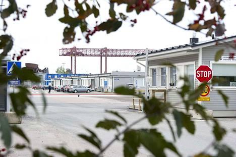 Porin Mäntyluodossa odotellaan, miten emoyhtiön fuusio vaikuttaa öljyntuotantolauttoja valmistavaan Technip Offshore Finland Oy:hyn.