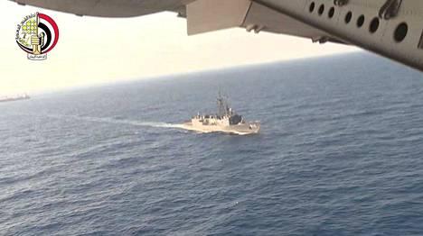 Egyptiläiset etsintäryhmät ovat löytäneet koneen hylyn osia ja matkustajien henkilökohtaisia tavaroita.