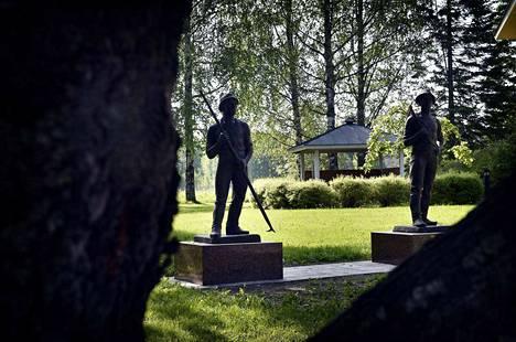 Emil Cedercreutzin Tukinuittaja ja Puun kaatoon seisovat nyt Ahlströmin ruukin mailla, kuten 96 vuotta sitten kaavailtiinkin.