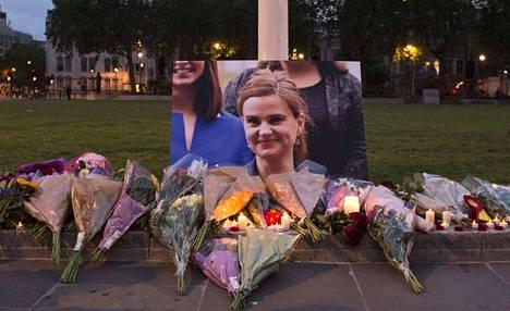 Brittiläisen kansanedustajan Jo Coxin muistoksi oli jätetty kukkasia.
