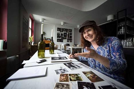 Angelika Meusel - nainen muistojen keskellä Valtakadun Studio Hilkassa.