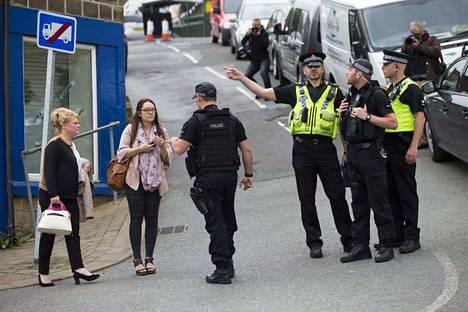 Brittiläispoliitikko Jo Coxin ampumapaikalla on vielä tänäänkin ollut aseistettuja poliiseja.
