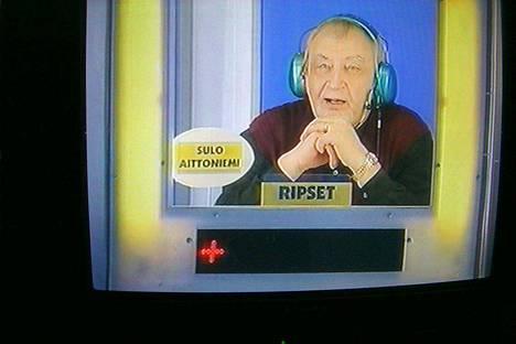 """SK 9.2.2003: """"Sulo Aittoniemi on televisiossa kuin kotonaan. MTV3:n Kymppitonnissa Aittoniemen sanavalmius pääsee oikeuksiinsa, niin kuin muissakin nokkeluutta vaativissa visailuissa."""""""
