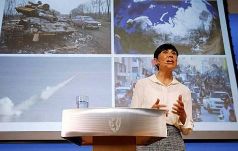 Norjan puolustusministeri Ine Eriksen Søreide esitteli maansa hallituksen pitkän aikavälin puolustussuunnitelman lehdistötilaisuudessa perjantaina. Norjan parlamentti käsittelee suunnitelman kesätauon jälkeen.