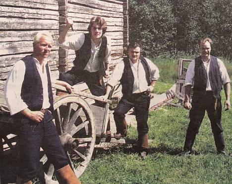 Jussi, Oskari, Franssi ja Einari heiluvat puukkoineen Soikan häitä häiritsemässä.