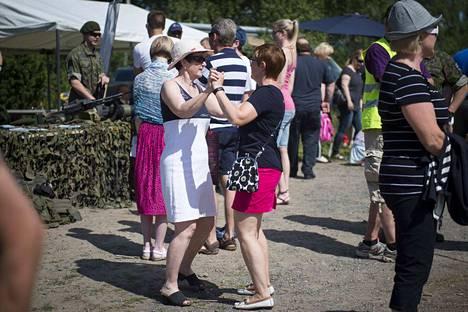 Viime vuonna Luvialaisilla kesäjuhlilla Marjut Länsiniemi (oik.)  ja Beverley Griffiths panivat jalalla koreasti Puolustusvoimien kalustoesittelyn vieressä.