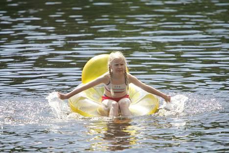 Järvivesien lämpötilat ovat nousseet nopeasti. Uimaan voi uskaltautua nyt jo tottumattomampikin vesipeto. Kuvituskuva.
