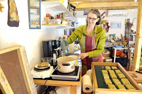 Hulda Leifsdóttir tekee Rauman-kodissaan muun muassa luonnonaineksista saippuoita. Jo parikymmentä vuotta Suomessa asunut Leifsdóttir on ylpeä Islannin jalkapallojoukkueesta.