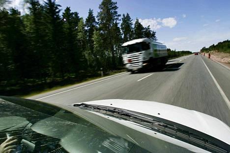 Tiellä 8 henkilöauto ajoi rekan kylkeen sunnuntai-iltana. Kuva on arkistokuva eikä liity tapaukseen.