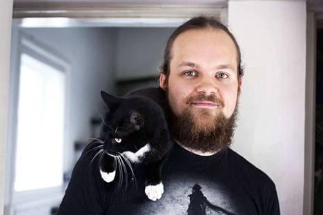 Mauri-kissa on levoton työkaveri. Ville Herranen kertoo, että Mauri pitää erityisesti näppäimistön päällä makaamisesta.