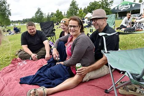 Kokemäkeläiset Tarja Limnell ja Juhani Kemppainen olivat saaneet Jazz-seuraksi Vantaalla asuvat lapsensa Joni Limnellin (vas.) ja Jenni Lehtosen.