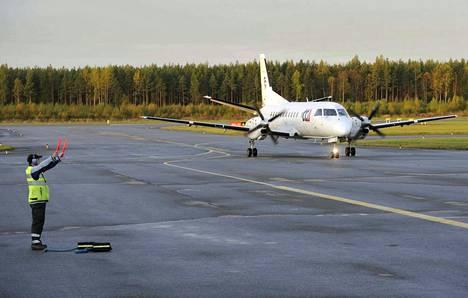 Kaupunginjohtaja Aino-Maija Luukkonen esittää Porin lentoliikenteeseen 0,5 miljoonaa euroa markkinointirahaa.