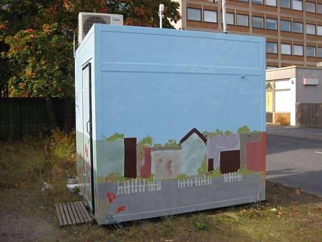 Taiteilijaryhmä maalasi Itätullin ilmanlaadun mittausaseman seinät Porissa.