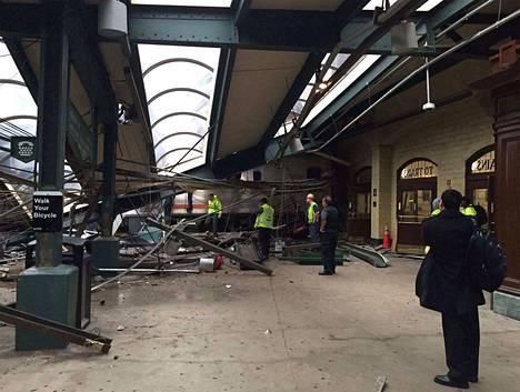 Juna syöksyi turmassa aseman sisään. Useita on menehtynyt.