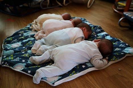 Tiia Hallberg synnytti neloset. Arki vauvojen kanssa alkoi elokuussa.
