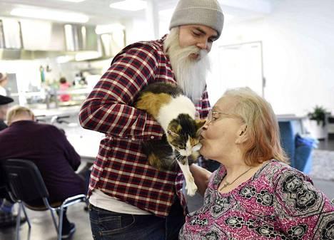 Brother Christmas toi lokakuussa noormarkkulaiseen palvelukotiin kissan. Kuvassa uuteen asukkaaseen tutustuu Hilkka Miettinen.