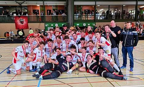Floorball Köniz juhli mestaruutta perinteisin menoin.