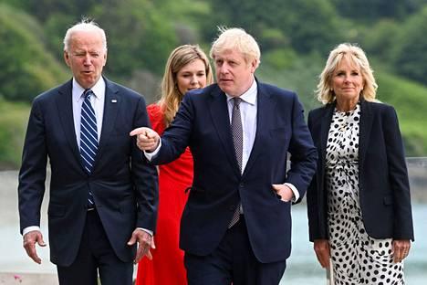 Britannian pääministeri Boris Johnson (keskellä) ja hänen vaimonsa Carrie Johnson (oik.) kävelivät  Yhdysvaltain presidentin Joe Bidenin ja hänen vaimonsa Jill Bidenin kanssa Cornwallissa torstaina 10. kesäkuuta.