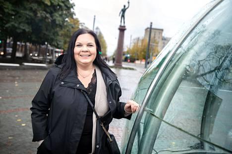 Yrittäjä Jutta Saikkosen kanssa asuntojen ostajia ja myyjiä palvelee lisäksi kaksi myyntineuvottelijaa. – Perheet hakevat nyt tilavia ja turvallisia koteja sivupaikkakunnilta, missä hinta-laatusuhde on parempi.