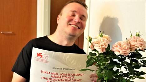 MS-tautia sairastava Petri Poikolainen kertoo hajuaistin voimistuneen näön menetyksen jälkeen. Toimittaja vei miehelle pinkkejä ruusuja.