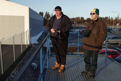 Kyröskoskelainen Heikki Miettinen (vasemmalla) ja tamperelainen Tapio Yli-Honko kapusivat kontin päälle rakennetulle parvelle kuvaamaan Eurofighter Typhoon -hävittäjän ensimmäistä testipäivää Tampere-Pirkkalan lentokentällä.