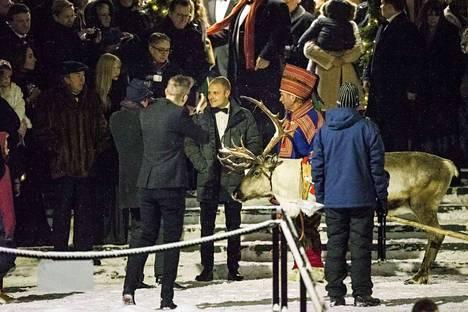 Valtteri Bottas ehti hääparia odotellessa jutustella tovin pororekeä kuljettaneen Matti Konttaniemen kanssa.