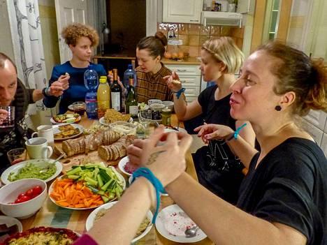 Ruokailukaan ei ole pelkkä ruokailu vaan jäätä murtava harjoite. Aapo Korkeaoja, Laura Puska, Liina Kuittinen, Elisa Itkonen ja Jaana Pirskanen nauttivat pöydän antimista toisiinsa sidottuina.