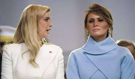 Presidentin tytär Ivanka Trump (vas.) ja puoliso Melania Trump esiintyivät yhdessä Donald Trumpin virkaanastujaisissa. Kumpikin naisista hyödyntää Trump-nimeä liiketoiminnassa. Ivankan puoliso Jared Kushner on lisäksi presidentin läheinen neuvonantaja.