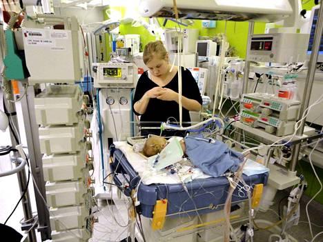 Venla Warma on perheensä esikoinen, eikä hänen äitinsä edes tiennyt, millaista tavallinen vauva-arki on. Warman perheelle letkut ja leikkaukset olivat arkea.