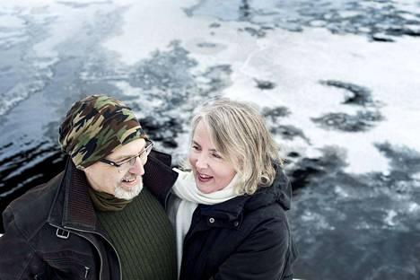 Tamperelaiset Ali Helin (vas.) ja Heli Heino kirjoittivat rohkean kirjan parisuhteestaan.