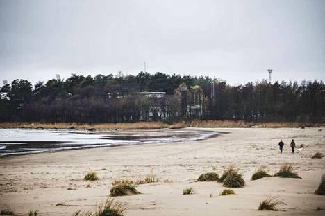 Vanhasta satamaviraston kiinteistöstä on suora näkymä merelle. Virasto näkyy kaartuvan hiekkarannan päässä puiden takana.