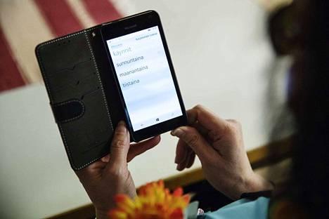 Uusi toiminnanohjausjärjestelmä toi Porin alueen kotihoidon hoitajille mobiilipuhelimet, joista he voivat lukea päivän työlistan ja tutustua asiakkaiden terveystietoihin.