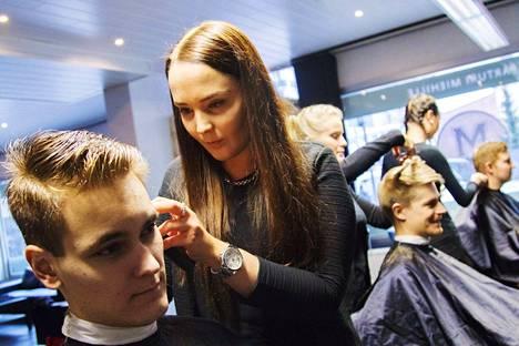 Porin M-Roomin vastaava parturi-kampaaja Marjo Heikkinen tekee tarkkaa jälkeä Jyri Niemen tukkaan. Taustalla kähertävät parturi-kampaajat Meri Suonpää (keskellä) ja Jemina Lievonen.