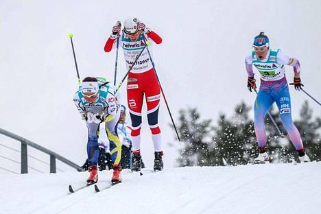 Ruotsin Charlotte Kalla, Norjan Heidi Weng ja Suomen Kerttu Niskanen viestin toisella osuudella, joka hiihdettiin perinteisellä tyylillä.
