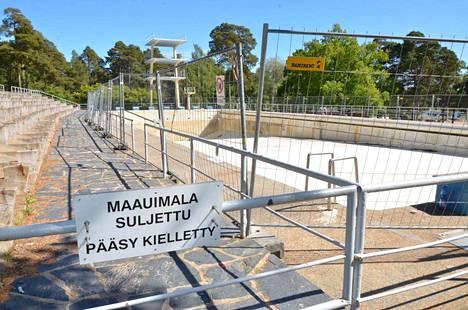Heikkokuntoinen Rauman maauimala oli kesällä 2016 yleisöltä suljettuna ja allas turvallisyyssyistä erikseen aidattuna. Jos sopimukset muuttuvat todeksi, altaassa uidaan taas kesällä 2018.