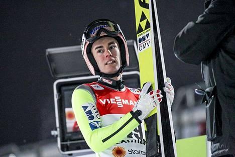 Itävallan Stefan Kraft voitti mäkihypyn suurmäen kilpailun.