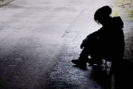 Kirjoittaja on huolissaan siitä, että kesäaikaan monet nuoret kokevat jäävänsä yksin ja pelkäävät mielenterveytensä järkkymisen puolesta.