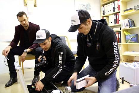 Mika (oik) ja Markus Nikkilä (keskellä) ovat ennenkin olleet Valkeakosken kaupunginteatterilla. Vieressä Christian Sandström seuraa veljesten toimintaa.
