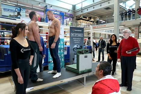 Johann Duhaupas (113,5 kg) ja David Gogishvili (107,5 kg) kohtasivat perjantaina punnitustilaisuudessa ammattinyrkkeilyliiton pääsihteerin Pertti Augustinin valvovan silmän alla. Tänään tuijotuksista päästään tositoimiin.