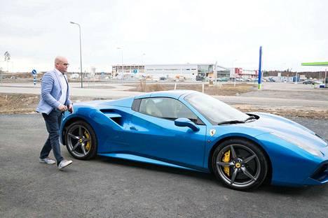 Ostamalla Ferrarin tulee osaksi Ferrari-perhettä, La Familiaa. Esa Schroderus toteaa, että Ferrarin omistaville järjestetään yhteisiä ajotapahtumia, koulutuksia ja matkoja esimerkiksi Ferrarin tehtaalle Italiaan.