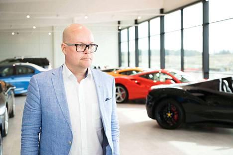 Luxury Collection -autotalon johtaja Esa Schroderus arvostaa luksusautoja, mutta toteaa, että hänen egonsa mahtuu vaikka mopoautoon.