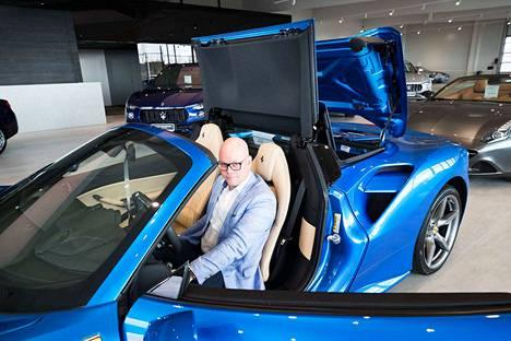 Tämä Ferrari maksaa 544 800 euroa. Luxury Collection -autotalon johtaja Esa Shcroderus kertoo, että Ferrarin erikoismalleja ei voi ostaa uutena, vaan ne saa ostaa, kun aika on sopiva. Ferrari tekee tarjouksen eikä jonossa pääse rahallakaan ohi.