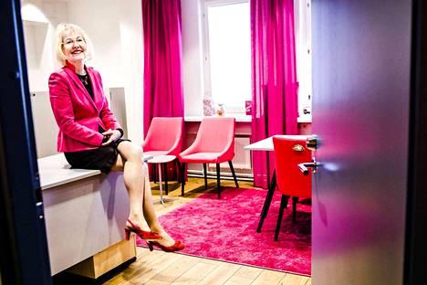 Vararehtori Kaarina Määtän uusi työhuone sijaitsee Lapin yliopiston päärakennuksessa Rovaniemellä. Määttä on sisustanut huoneen lempivärillään. Ikkunalaudalla on Fingerpori-muki ja kettukarkkeja.