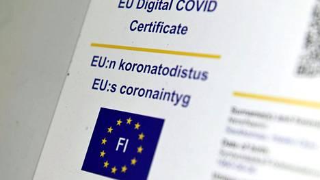 Omakannassa näkyvä EU:n koronatodistus kuvattuna 14. heinäkuuta 2021.