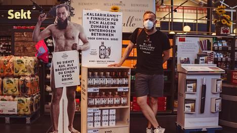 –Näytät siltä, että tarvitsisit Kyrö-drinkkiä, alaston pahvinen Mikko Koskinen sanoo Rewe-kaupassa. Kyrö Distilleryn perustajiin kuuluva Koskinen asuu Berliinissä ja kasvattaa työkseen tislaamon bisnestä Saksassa.