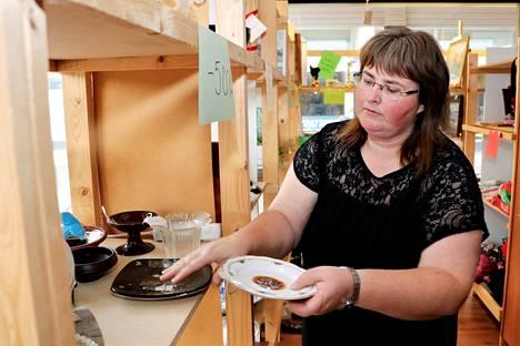 Kirppis Keisarinnan yrittäjä Katja Tarkanmäki joutuu luopumaan suuresta unelmastaan. Korona vei kirpputorilta ensin asiakkaat, sitten myyjät.