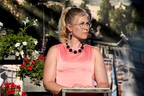 Niina Malm puheenjohtajatentissä Suomi-Areenassa.