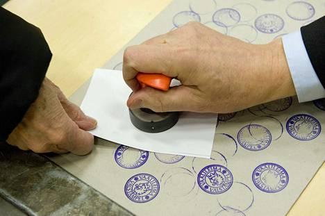 Ulkomailla oleskelevien suomalaisten oli mahdollisuus ensimmäistä kertaa äänestää myös kirjeitse. Sama mahdollisuus tarjoutuu toukokuun EU-vaaleissa,